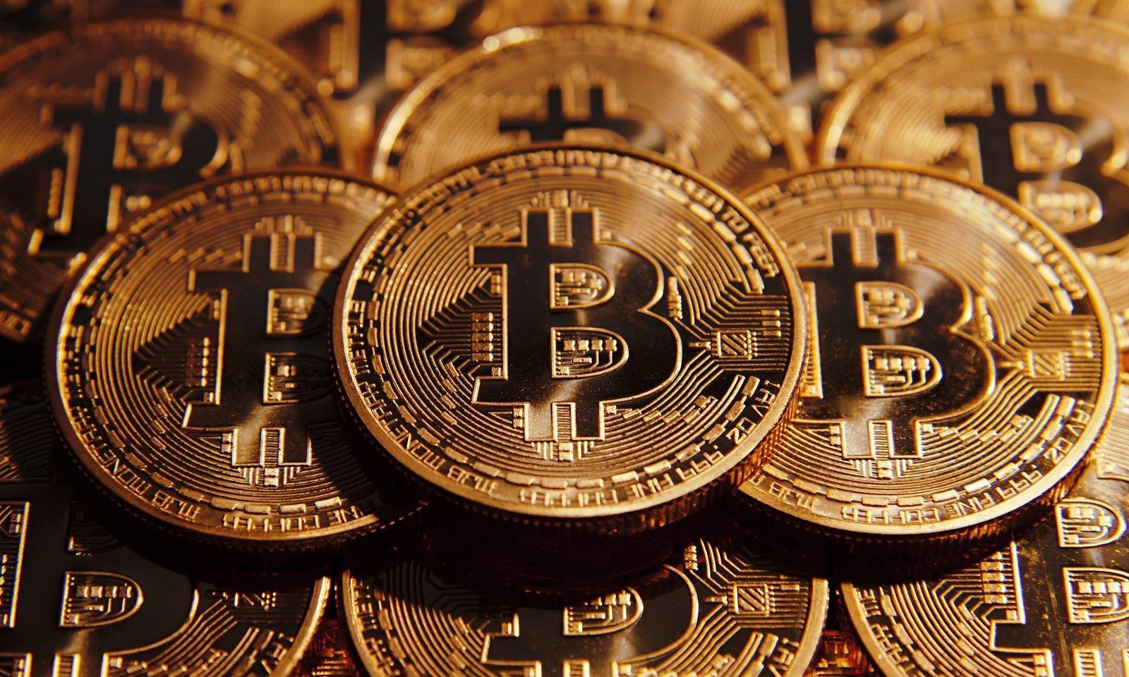 Kripto para birimleri piyasalarına yönelik gelişmelerin ardından hafta sonu dalgalı bir seyir izlenen Bitcoin fiyatı, pazar günü 10 bin dolar üzerindeki seyrini korurken, pazartesi günü Türkiye saati ile 08:34'te 9 bin 996 bin dolarla yeniden 10 bin doların altına geriledi.