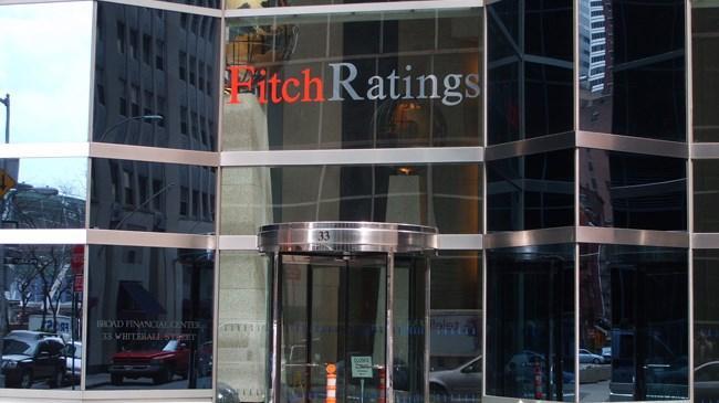 Fitch, ABD nin büyüme beklentisini bu yıl için yüzde 2,2 ye ve gelecek iki yıl için yüzde 2,5 e düşürdü