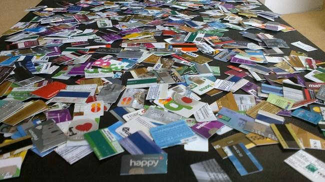 Kredi kartı borcunu zamanında ödeyemeyenlerin sayısı Türkiye'de yüzbinler olarak ifade ediliyor. Peki, kredi kartı borcumuzu zamanında ödemezsek ne olur?Kredi kartı borcunuzu eğer zamanında ödeyemezseniz ilk ay kredi kartı sicilinize eksi puan eklenir. Bankanız tarafından aranarak uyarılırsınız. Ardından bankanız tarafından size bir uyarı yazısı gönderilir. İkinci ay kredi sicilinize bir eksi daha eklenir ve bankanız tarafından aranarak uyarılırsınız. Ardından evinize bir ihtar yazısı gönderilir