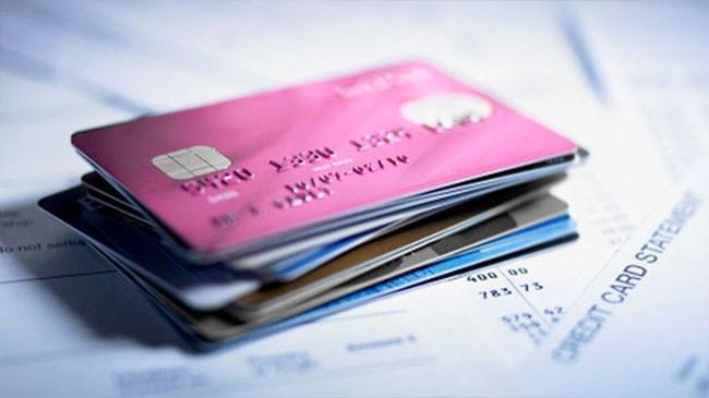 Kredi kartı kullanan insanların büyük bölümünün başı kredi kartı faizleriyle dertte. Peki faiz vermemek için kredi kartı borcu ödemelerinde nelere dikkat etmeliyiz?