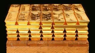 """Altının gram fiyatı, haftaya yatay bir seyirle başlamasının ardından 527 lira seviyesinde işlem görüyor. Çeyrek altın 865 lira, Cumhuriyet altını 3.530 liradan satılıyor. Tera Yatırım Başekonomisti Erkan, """"Tapering masada, enflasyon beklentileri artıyor ve böyle oldukça faiz hareketinin yukarı olması altın hareketini yavaşlatıyor ya da aşağı çekiyor"""" şeklinde değerlendirdi."""