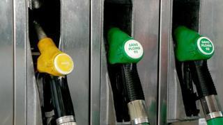 Benzinin litre fiyatına gece yarısından geçerli olmak üzere 44 kuruş zam geldi.