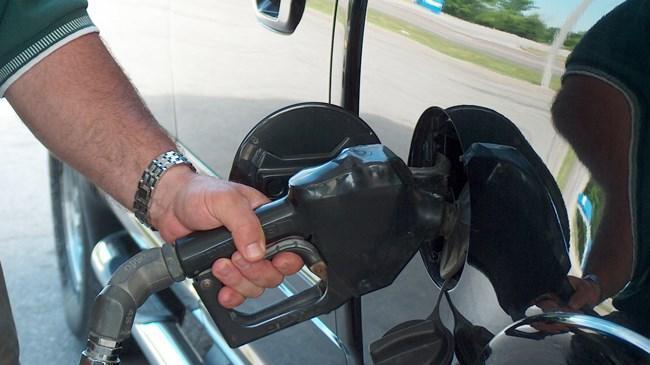 Benzin fiyatına 12 kuruş indirim   Ekonomi Haberleri