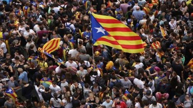 Katalonya'da yüz binlerce kişi sokaklara döküldü | Ekonomi Haberleri